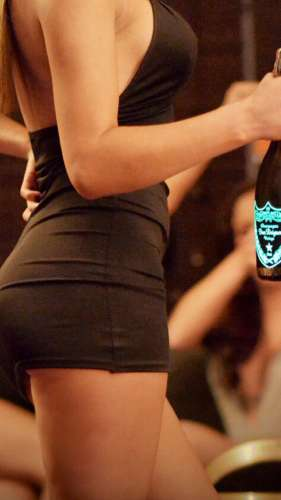 modelo-del-hotel-posando-con-botella