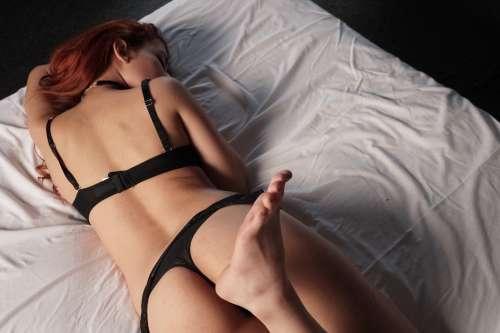 pelirroja-cama-flirt-habitacion